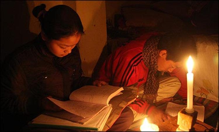 學生點蠟燭讀書寫作業source-BBC