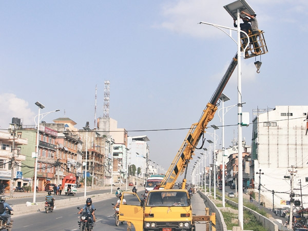 20140928major-streets-of-capital-to-have-solar-lamps-soon-600x0