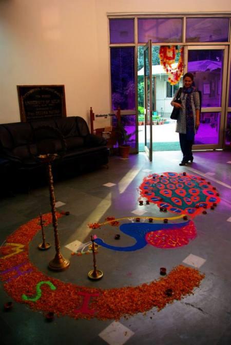 ←以彩粉在地面畫上吉祥圖案是慶祝燈節(Diwali)的傳統