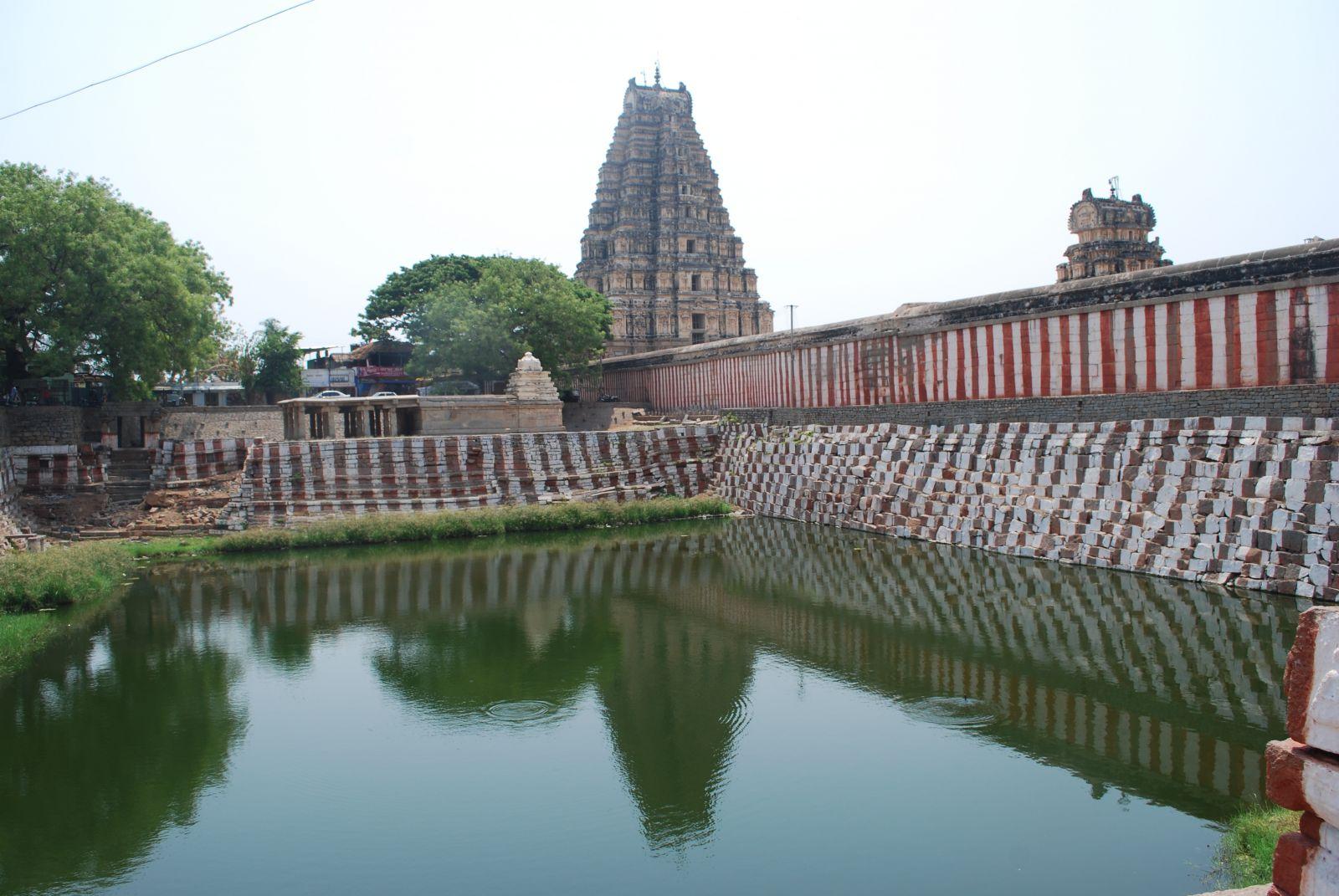 若寺廟不在天然水源附近,寺廟前通常會挖建一個淡水池最為淨身之用,大小视廟的大小而定。水不僅被用於進入聖廟前儀式浴,也用在宗教儀式,以及保持寺廟地面乾淨。