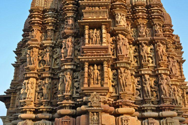 聞名世界的卡朱拉候建築群(Khajuraho Group of Monuments)在1986年被UNESCO列為世界文化遺產,其最大的特色之一就是建物上密密麻麻的性愛雕刻