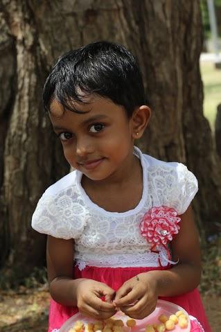 在Maha Bodhi(佛陀成道的菩提樹母枝)遇見的僧加羅小女孩, 她讓我想起Shamila