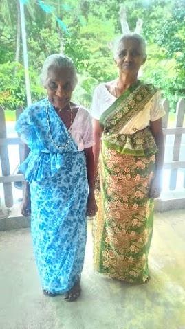 媽媽和婆婆在門廊, 媽媽不到一百五十公分高, 婆婆比她更嬌小