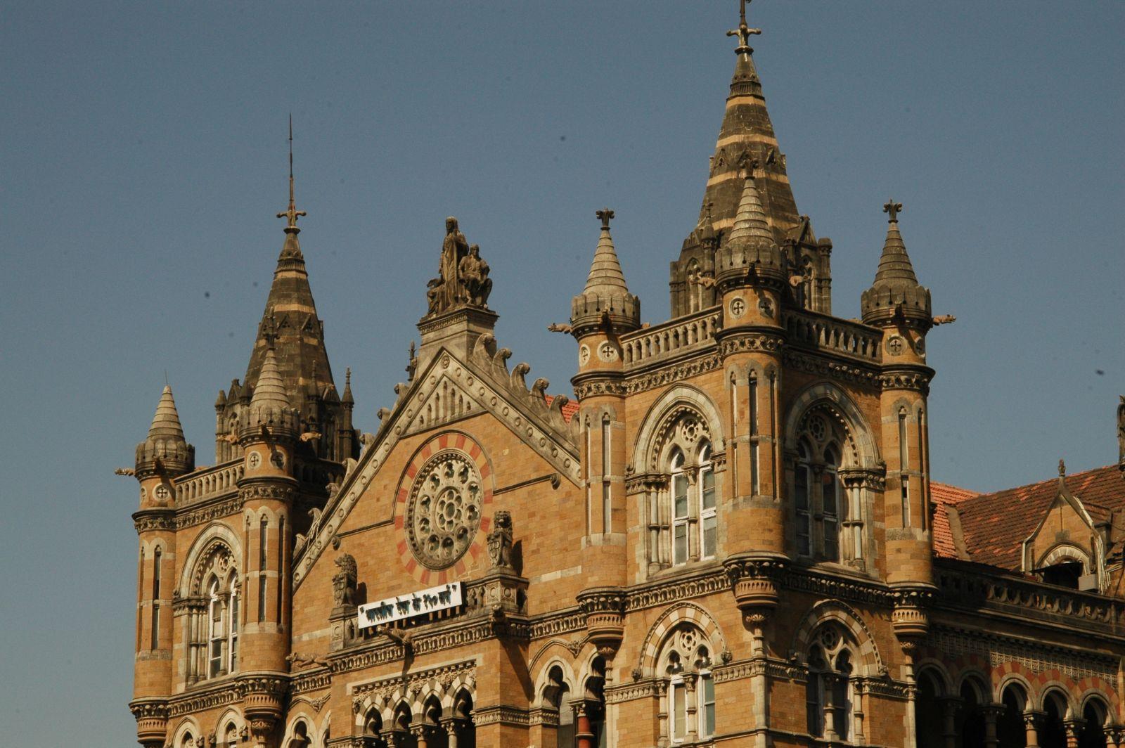火車站正面有細膩的雕琢裝飾,充滿歐陸風情