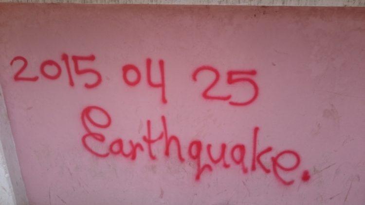 牆上寫著2015年4月25日的地震,這是尼泊爾人永忘懷的一刻