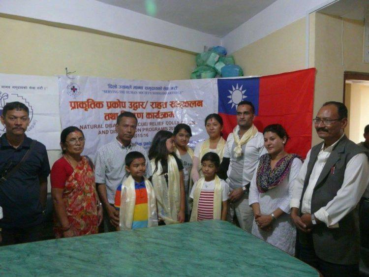 將台灣的捐款交給HEADS Nepal