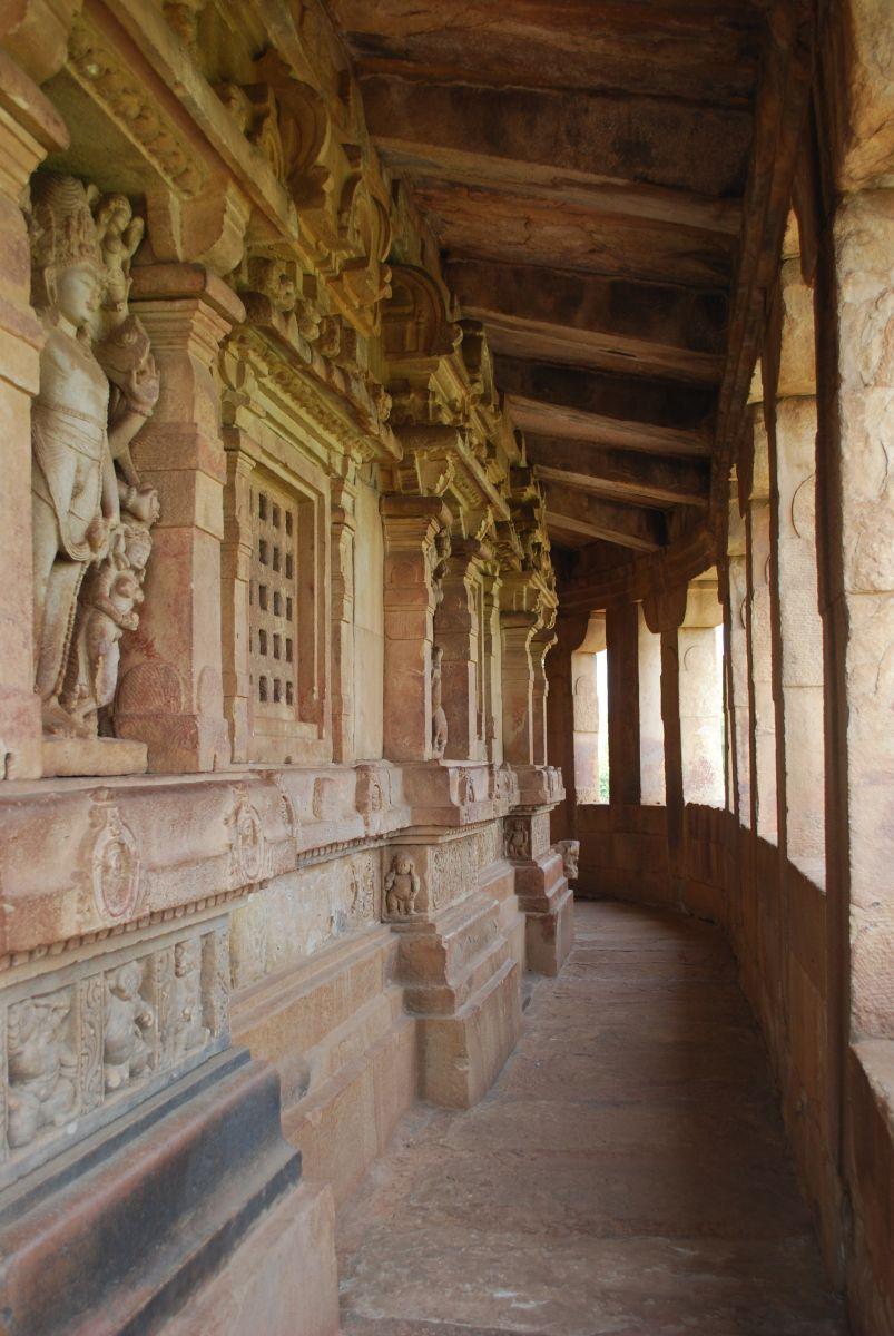 大多數印度寺廟會沿著廟牆建置走道,给善男信女向神敬拜時繞行。這是印度人入廟参拜必走之行程。