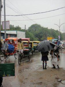 ←泡在大雨當中的舊德里