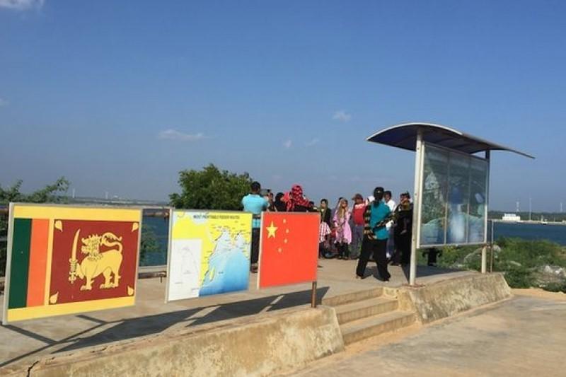 漢班托塔港口旁標示中斯合作的看版