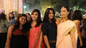↑ 穿上沙麗(sari)是外國女孩的印度成年禮