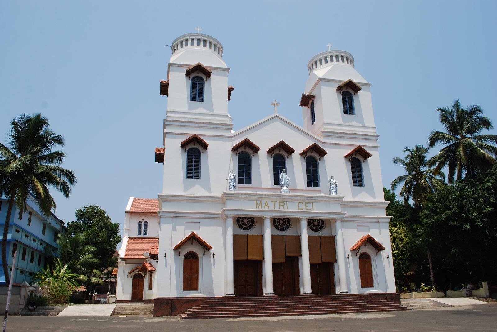 小巧的教堂以簡潔的建築線條呈現