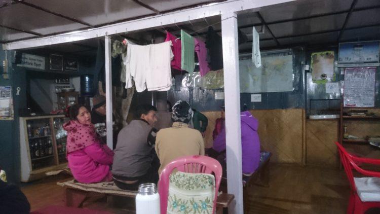 尼泊爾朋友在暖爐邊討論災情