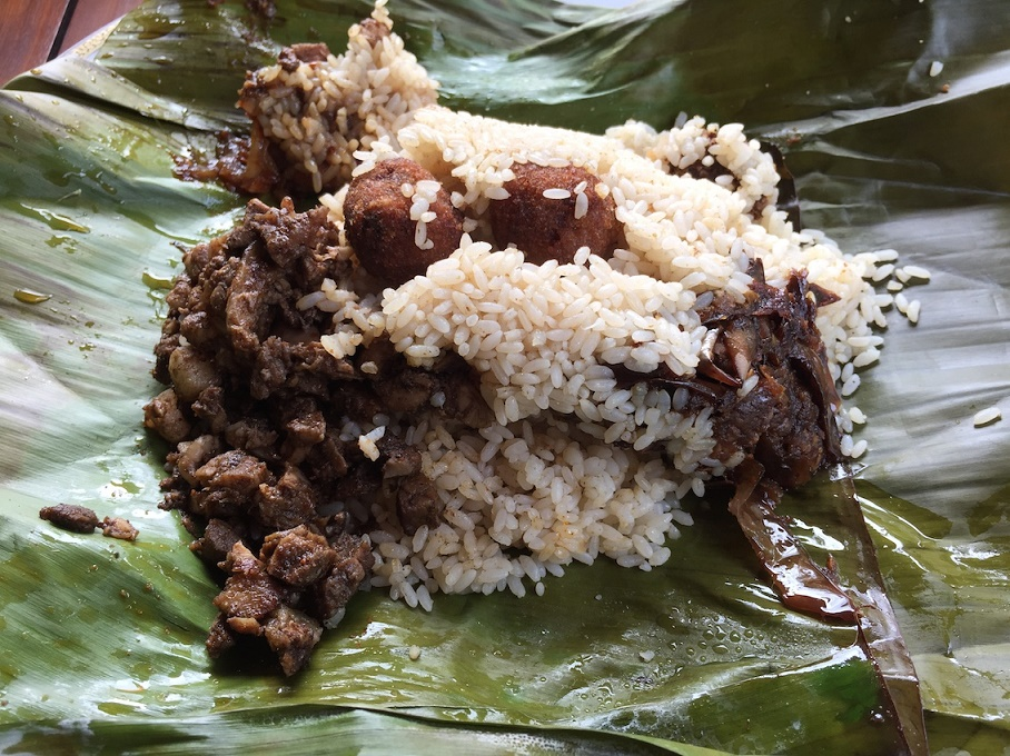 斯里蘭卡獨有的美食(左圖上、下):香蕉葉燉飯 Lamprais(每份約350盧比,合台幣80元)