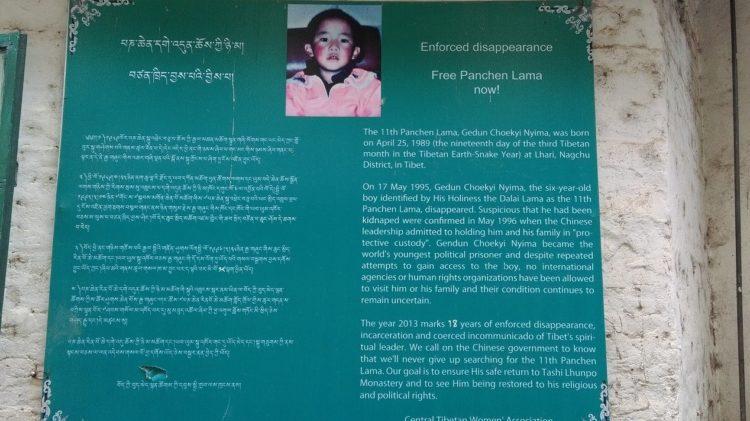 說明:達蘭薩拉街頭要求釋放十一世班禪喇嘛的看板