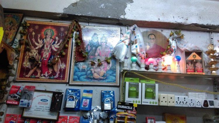 圖說:達賴喇嘛的照片與印度教神祇共列