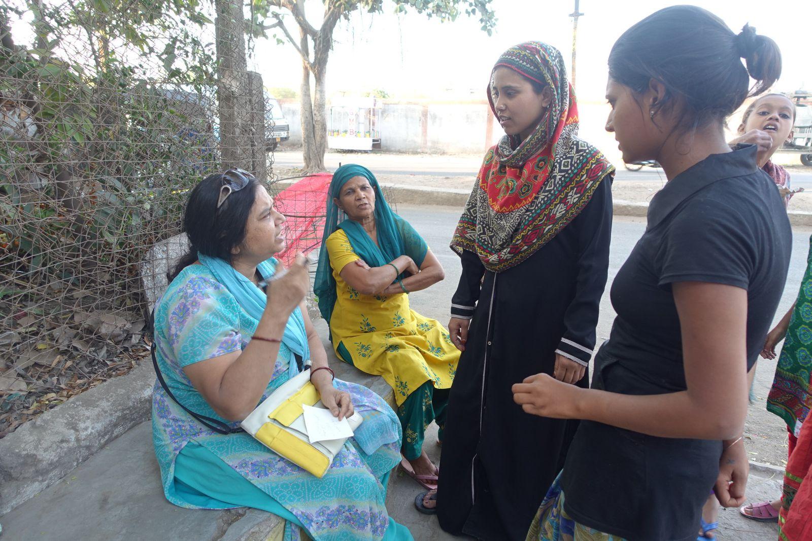 替氣爆受害者爭取權益的Sadhna Karnik(左)正在瞭解災民需求