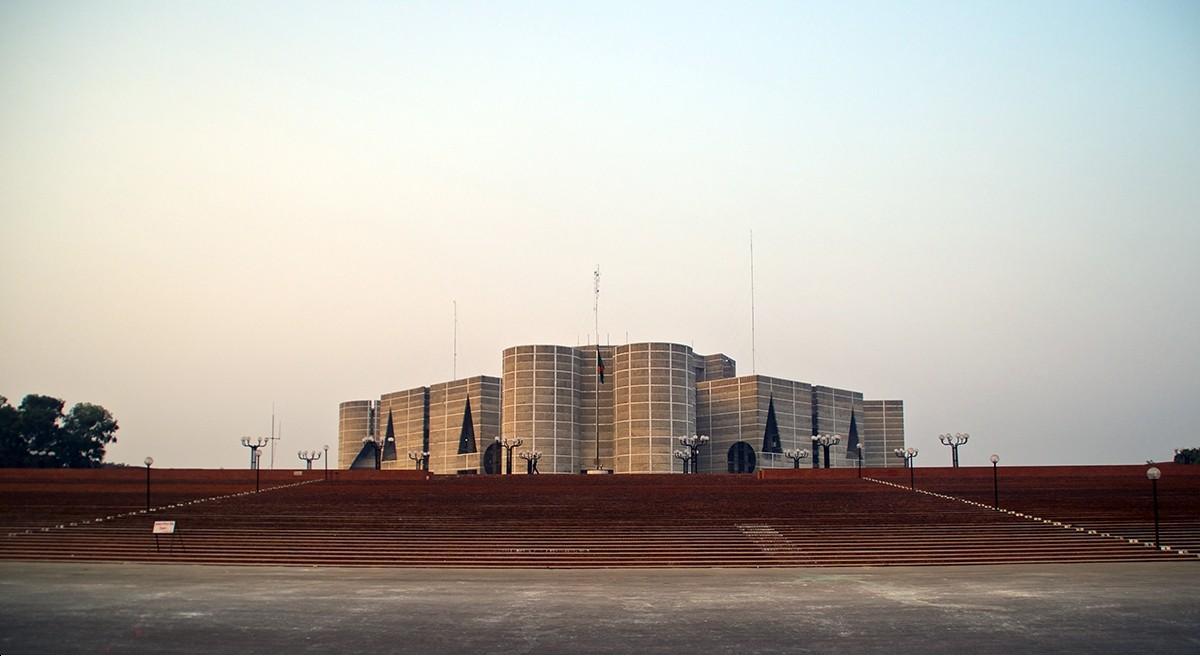 孟加拉國會大樓。圖片來源:http://cdn.feeyo.com/pic/20150115/20150115052116344.jpg