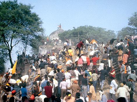 ↑ 1992年阿育陀遭印度教徒拆毀的Babri清真寺 (資料來源:《印度斯坦時報》http://www.hindustantimes.com/photos-news/Photos-India/ayodhyathenandnow/Article4-606427.aspx)