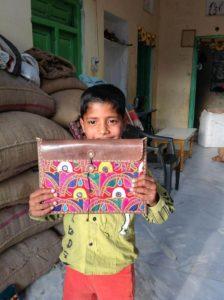 圖:Suresh家最小的成員展示新創作的十吋平板包, 雖然他們都不曾使用過平板電腦)