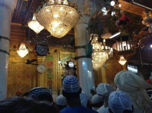 (圖:清晨四點擠在大清真寺大殿的善男信女, 希望自己是祭典後第一批進入接受祝福的幸運兒)