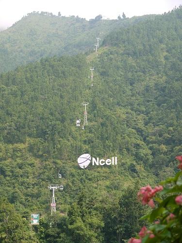 我們前去尼泊爾境內印度教徒的聖地-瑪納嘉瑪納(Manakamana),位於加德滿都與波卡拉之間的廓爾喀地區,只要往波卡拉的路上遠遠的便可以看到前往聖地的纜車,和當地第一大私人電信公司「Ncell」的招牌。