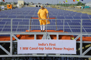 莫迪擔任古吉拉特省長時採獎勵措施來鼓勵發展太陽能發電設備。