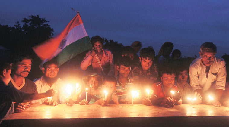 飛地上的居民點蠟燭慶祝新身分的產生。http://indianexpress.com/article/india/india-others/much-awaited-india-bangladesh-enclave-exchange-to-happen-at-midnight-tonight/