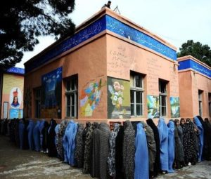 圖/ 身為伊斯蘭國度的阿富汗,就連投票也是男女分開進行的