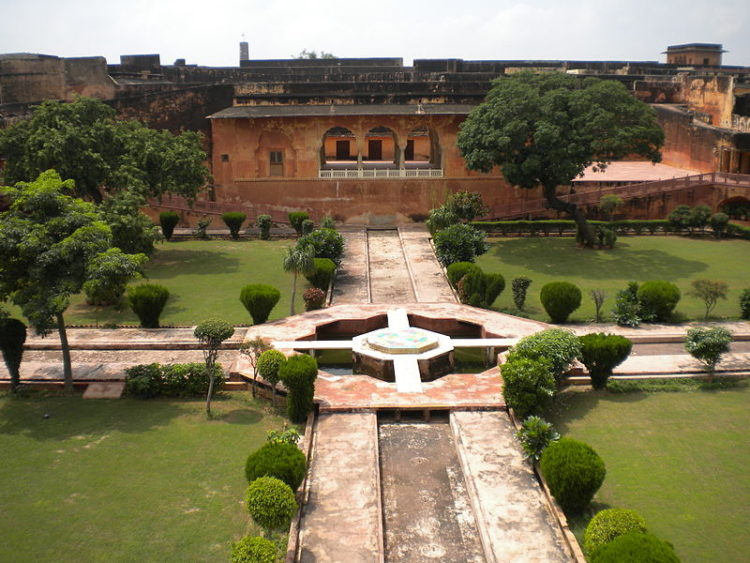 800px-Jaigarh_Fort_-_Char_bagh_2